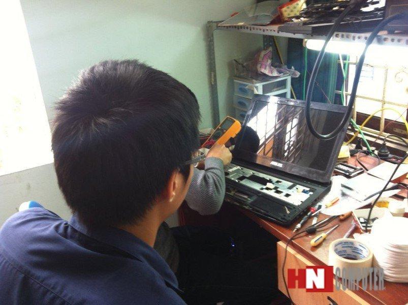 Khách hàng ngồi trực tiếp Xem kỹ thuật Sửa Laptop
